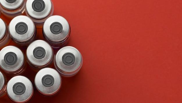 Układ butelek ze szczepionką na koronawirusa