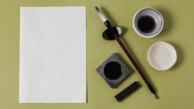 Układ chińskiego atramentu z pustym papierem