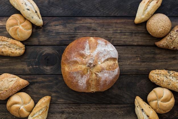 Układ chleba z bułeczkami