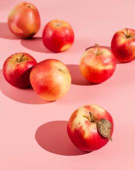 Układ czerwonych jabłek pod dużym kątem