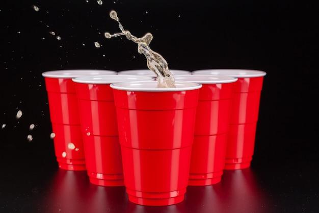 Układ czerwonych plastikowych kubków do gry w piwnego ponga