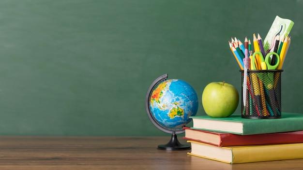 Układ dnia edukacji na stole z miejsca na kopię