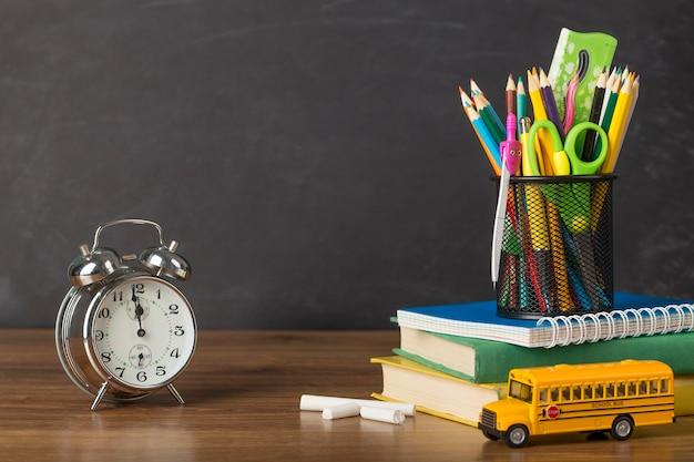 Układ dnia edukacji na stole z zegarem