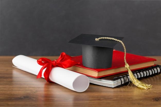 Układ dnia edukacji z czapką dyplomową