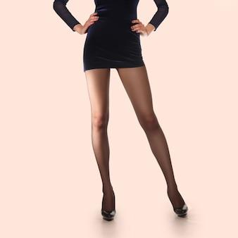 Układ do pakowania rajstop. długie szczupłe kobiece nogi w cienkich rajstopach.