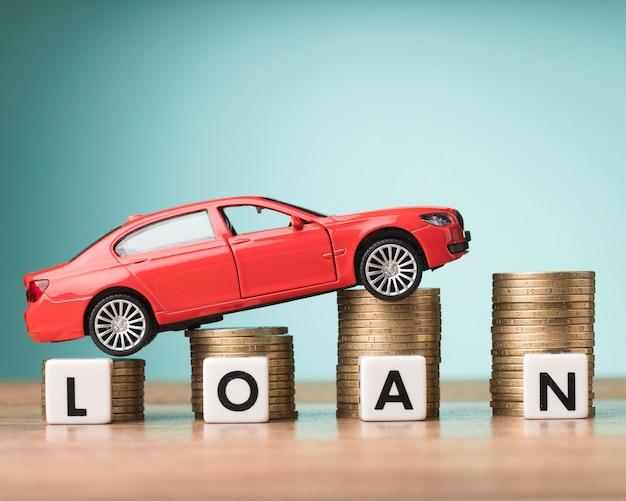 Układ elementów finansowych z czerwonym samochodem