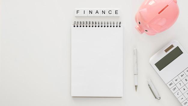 Układ elementów finansowych z pustym notatnikiem