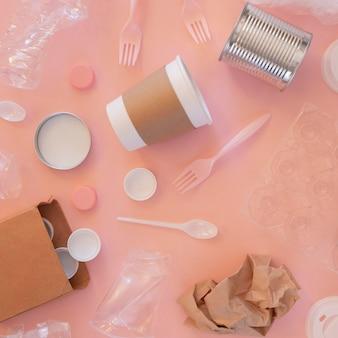 Układ elementów plastikowych nie przyjaznych środowisku