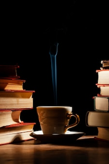Układ filiżanek i książek