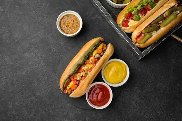Układ hot-dogów w pudełku na płasko