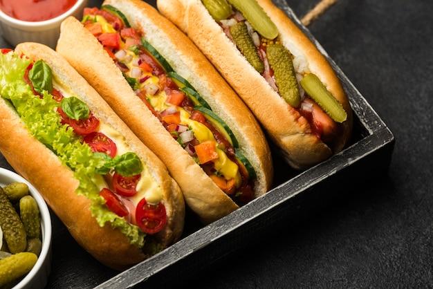 Układ hot-dogów w pudełku pod wysokim kątem