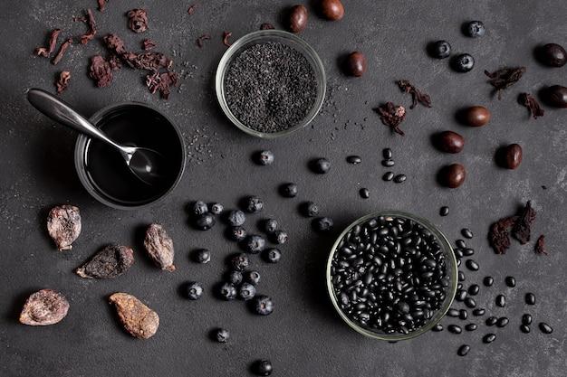 Układ jagód i suszonych owoców w miskach