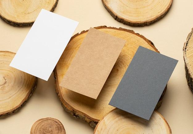 Układ kątowy z elementami papeterii w kolorze beżowym