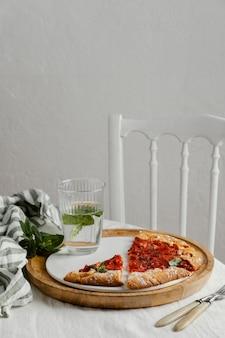 Układ kawałków pizzy pod wysokim kątem
