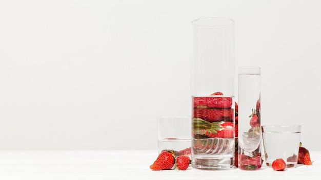 Układ kieliszków i truskawek