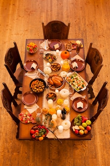 Układ kolacji dziękczynnej pod wysokim kątem