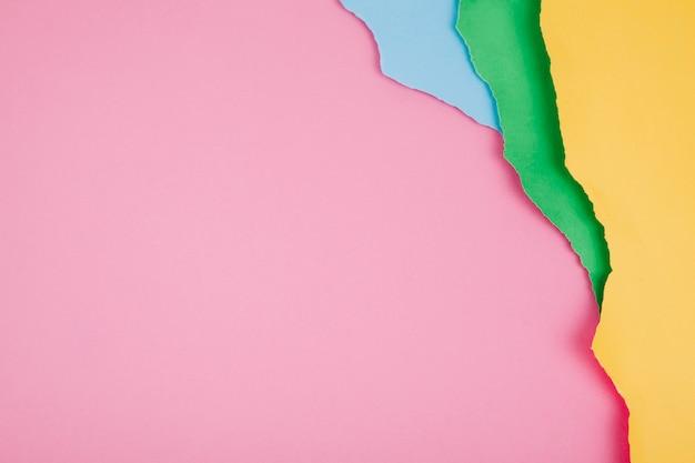 Układ kolorowych kawałków papieru