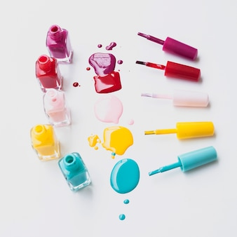 Układ kolorowych lakierów do paznokci pod dużym kątem