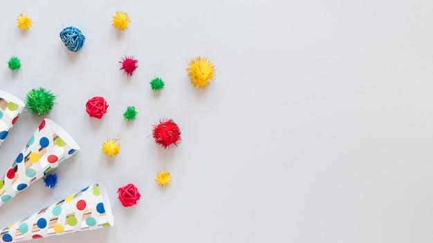 Układ kolorowych ozdób na przyjęcie