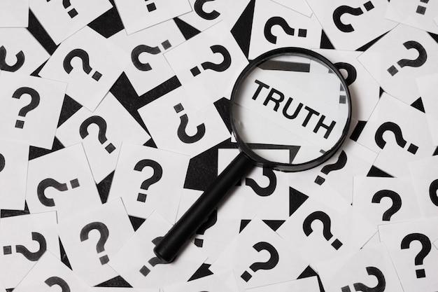 Układ koncepcji prawdy z lupą