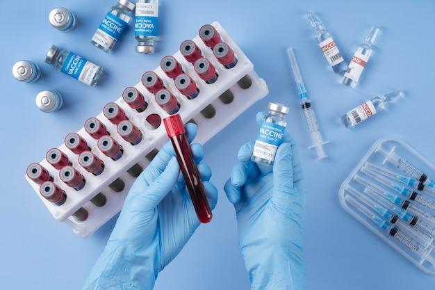 Układ koronawirusa z próbkami krwi i szczepionką