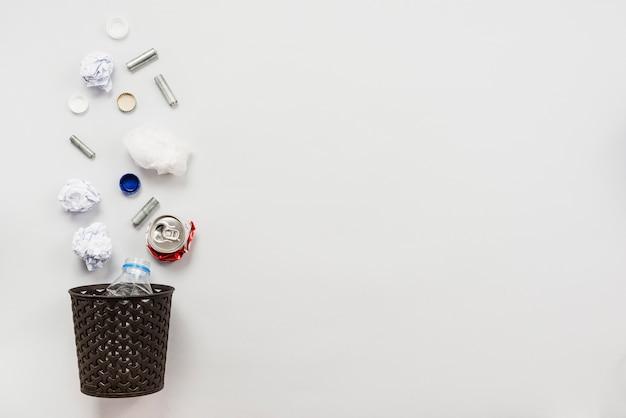Układ kosza na śmieci ze śmieciami