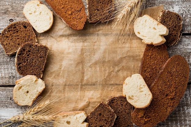 Układ kromek chleba i papieru do pieczenia