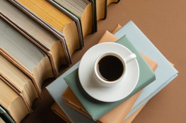 Układ książek z filiżanką kawy