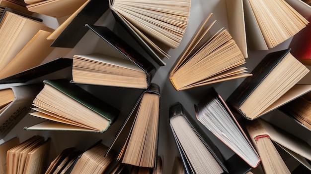 Układ książek z widokiem z góry