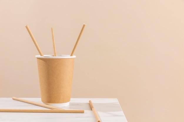 Układ kubków papierowych i słomek