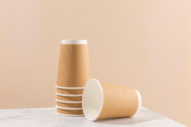 Układ kubków papierowych na stole