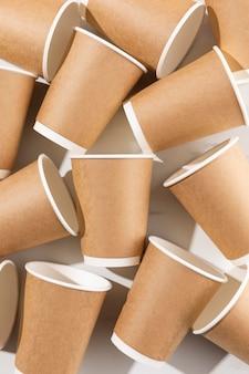 Układ kubków papierowych z widokiem z góry