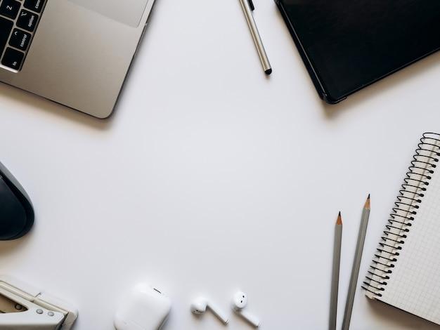 Układ na temat procesu pracy lub edukacji na białym tle z notatnikiem długopis laptop