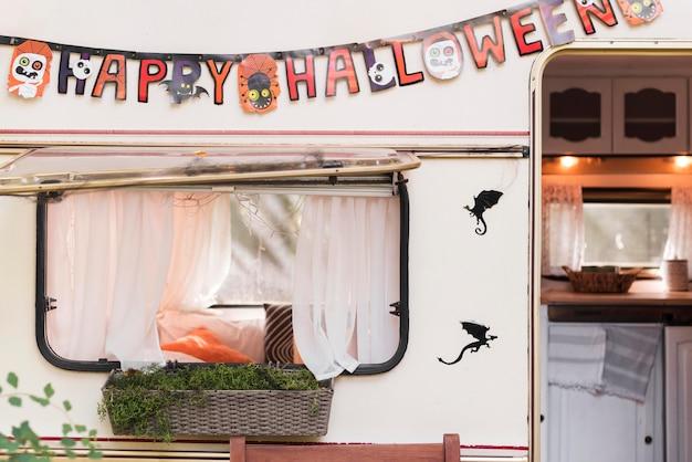 Układ na zewnątrz halloween w przyczepie kempingowej