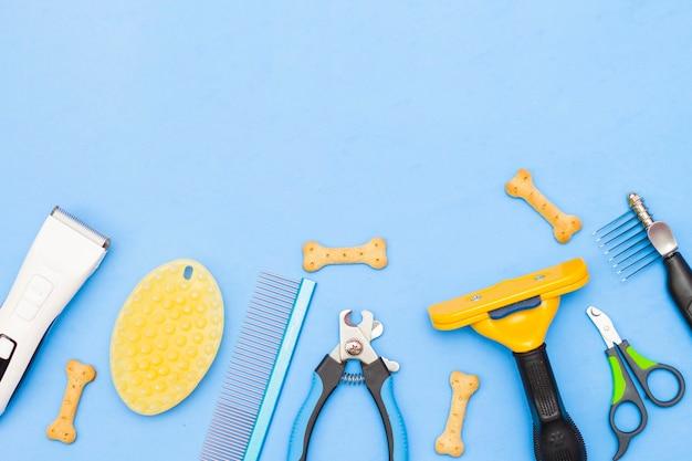Układ narzędzi do pielęgnacji na niebieskim tle.