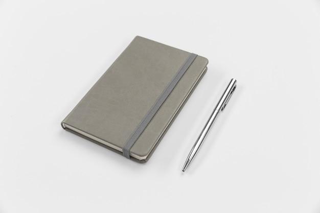 Układ notatnika i długopisu pod wysokim kątem