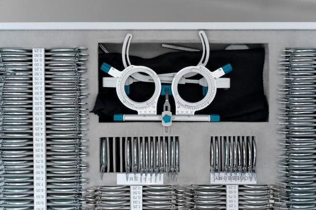 Układ okularów i soczewek do badania okulistycznego