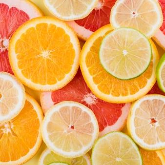 Układ organicznych plasterków cytryny i limonki