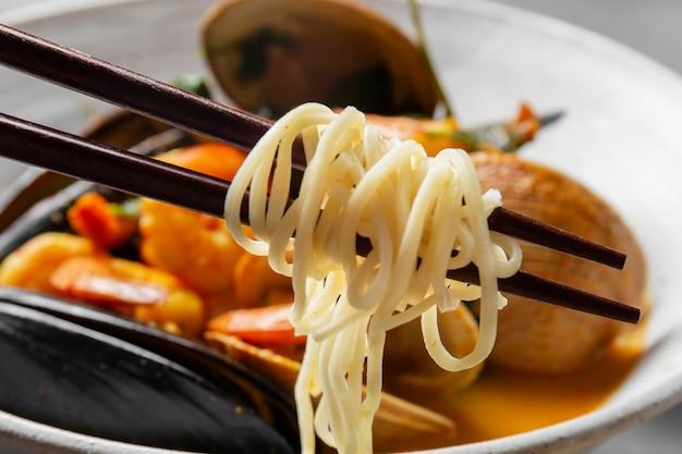 Układ ostryg i makaronów pod dużym kątem