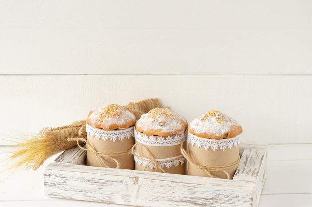 Układ ozdoba koncepcja tło wakacje wesołych świąt. ciasta wielkanocne w drewnianym pudełku i wiosenne gałązki. pastelowe kolory.