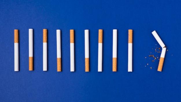 Układ papierosów na niebieskim tle