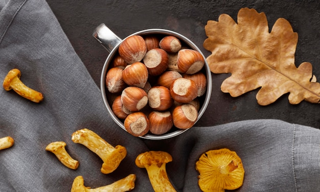 Układ pieczonych grzybów i orzechów