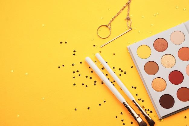 Układ piękna z kosmetykami i biżuterią