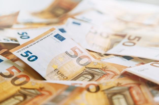 Układ pieniędzy na białym flatley. rachunek pieniądza papierowego w europie. 50 banknotów euro.