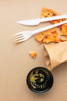 Układ pizzy z resztkami zmarnowanego jedzenia