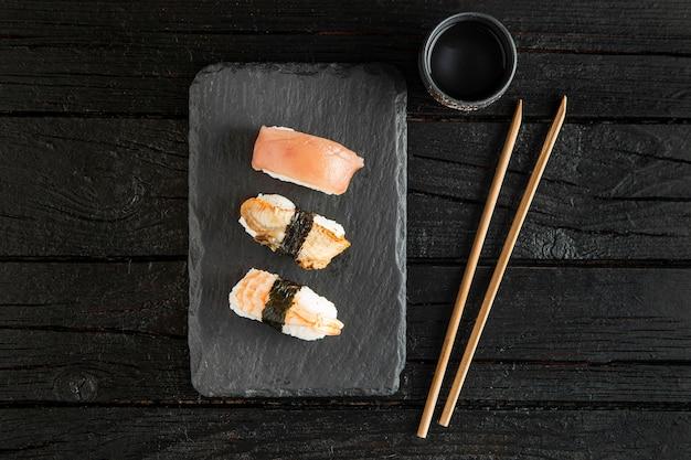 Układ płaski pyszne sushi z miejsca na kopię