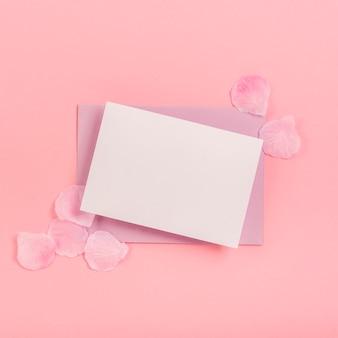 Układ płaski quinceañera z pustą kartą i kopertą