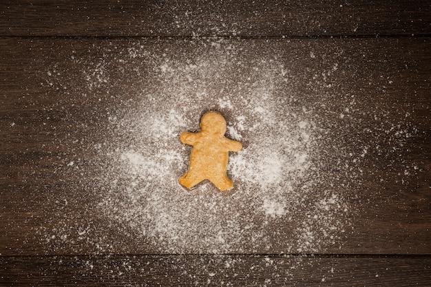 Układ płaski z ciasteczkiem i mąką z piernika
