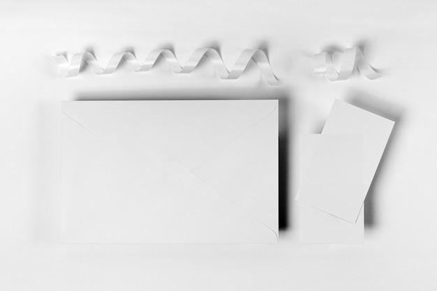 Układ płaski z kawałkami papieru