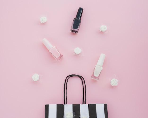 Układ płaski z lakierem do paznokci i torbą